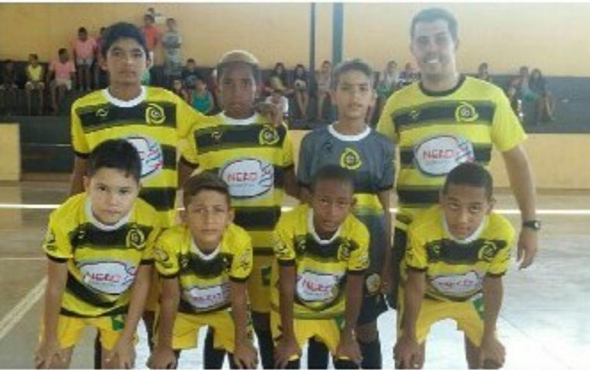 (À esquerda da imagem) Em pé, Guilherme Pinheiro já se destacava na Escolinha Camisa 10