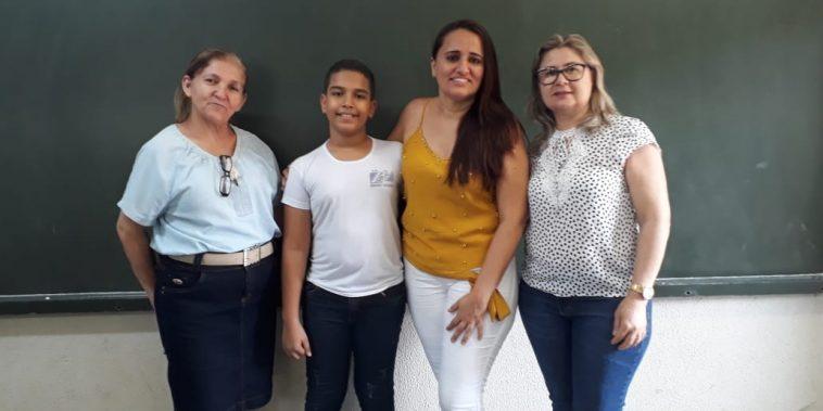 (Esq) Supervisora Eunice Mendes, Victor Gabriel, Professora Eliandra e a diretora Sâmia Balduíno (Foto: Divulgação)