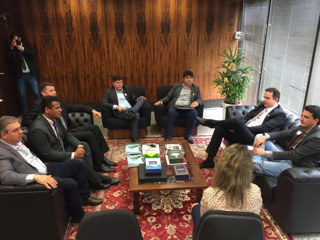 liderada pelo presidente da Câmara Municipal de Capinópolis, Luciano Belchior, a comitiva mineira foi recebida no gabinete do senador Rodrigo Pacheco (Foto: Gabinete/Rodrigo Pacheco)