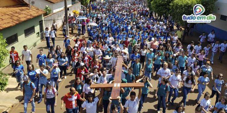 Uma multidão de jovens seguiram em procissão rumo ao Parque de Exposições João de Freitas Barbosa (Foto: Gabriel Kazuto)