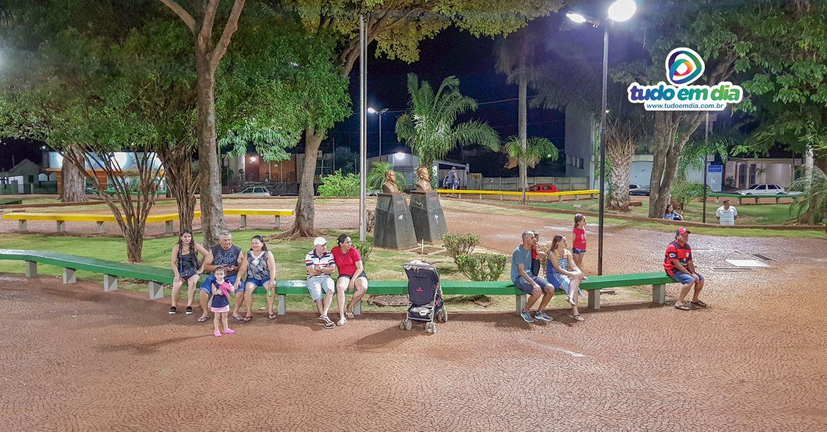 Praça João Moreira de Souza recebeu nova iluminação para garantir mais segurança e beleza ao cartão postal de Capinópolis (Foto: Paulo Braga)