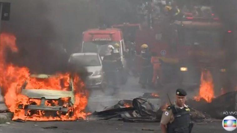 Avião caiu no meio de um cruzamento do Bairro Caiçara e atingiu veículos (Foto: TV Globo Minas)