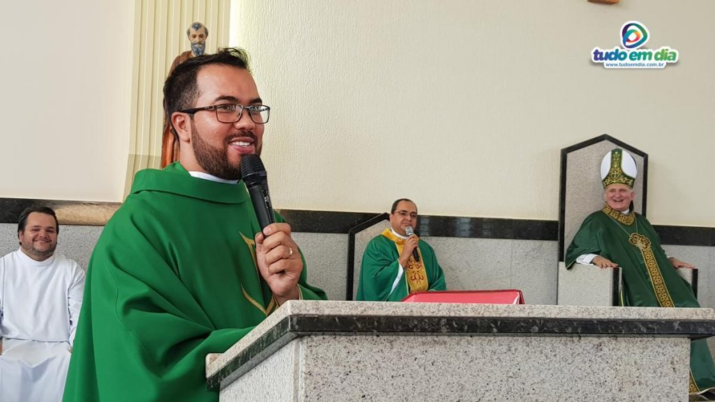 Padre Adalberto demonstra grande liderança junto aos jovens (Foto: Paulo Braga)