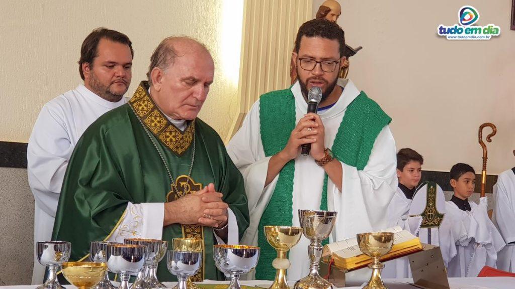 (Dir) Padre Eduardo Santos e Don Frei Ireinei Andreassa (Foto: Paulo Braga)
