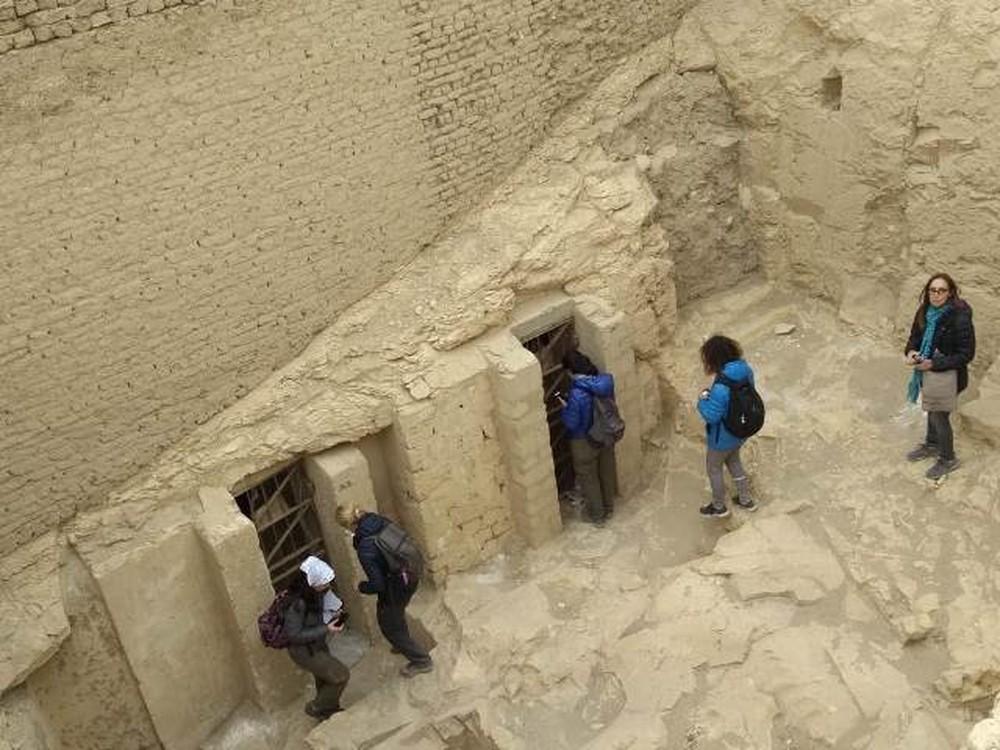 Membros da equipe visitaram a entrada de algumas tumbas em Luxor — Foto: UFTM/Divulgação