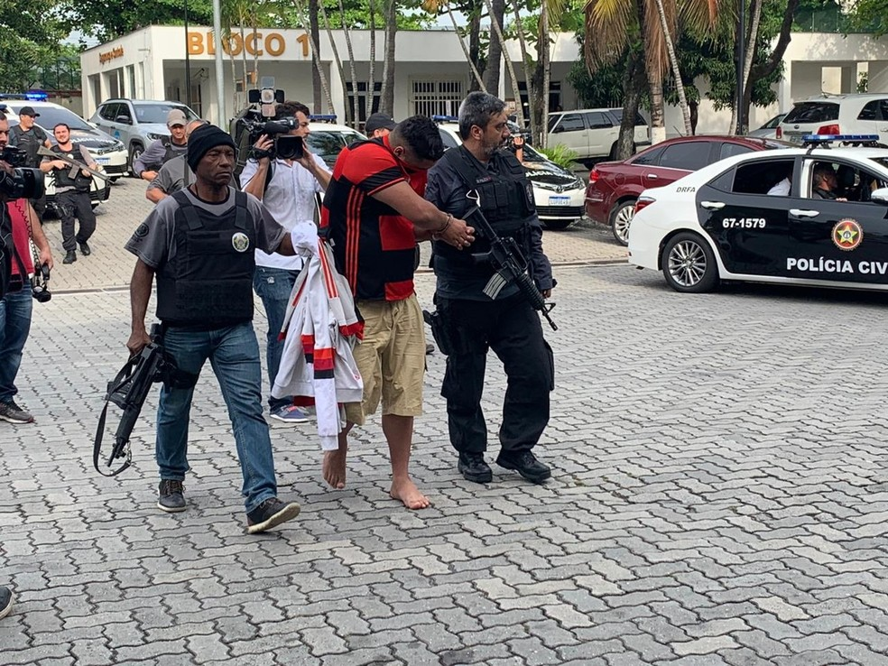 Torcedor do Flamengo preso na operação da Polícia Civil na manhã desta terça-feira — Foto: Fernanda Rouvenat / G1