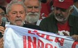 O ex-presidente Lula da Silva deixa a sede da Polícia Federal em Curitiba (foto: AFP / CARL DE SOUZA)