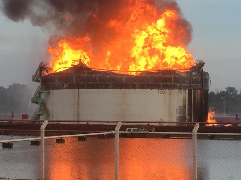 Incêndio ainda persiste em um dos tanques atingidos (Foto: Bombeiros/Divulgação)