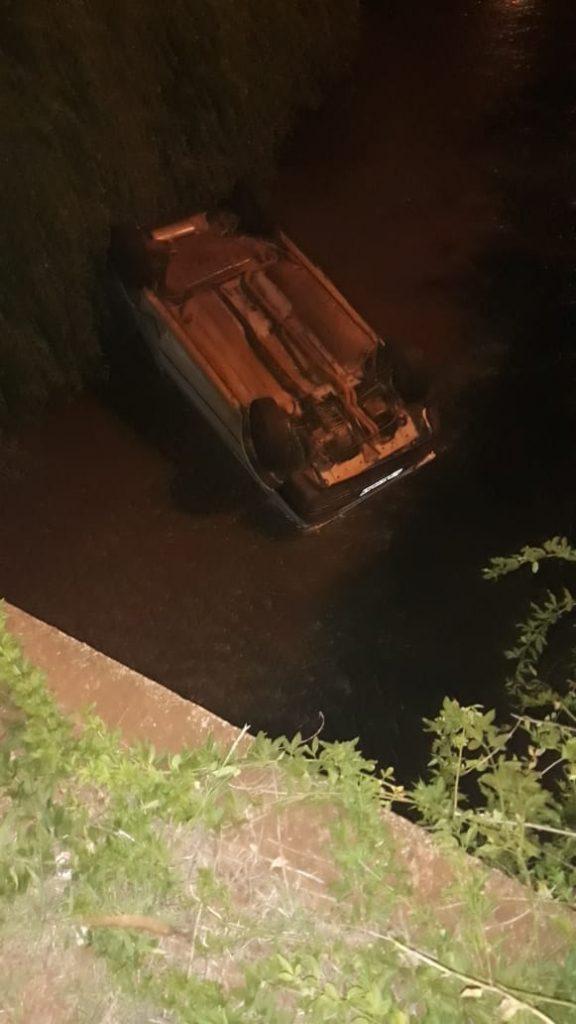 Veículo caiu no córrego na marginal (Foto: Reprodução)