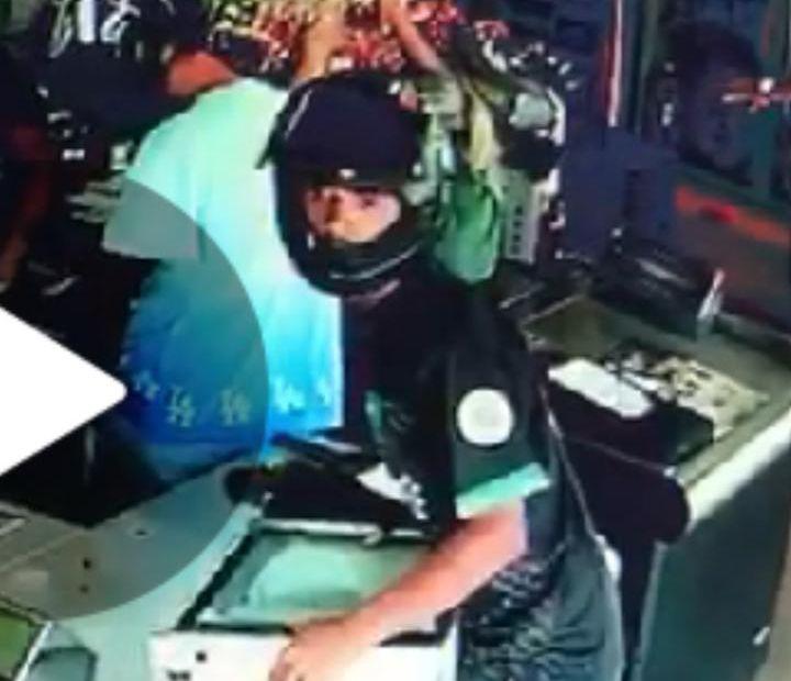 Criminosos utilizavam capacete no momento do assalto, o que dificulta o reconhecimento (Foto: Reprodução do sistema interno de segurança)