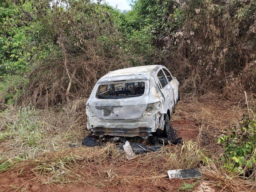 Veículo da vítima foi incendiado (Foto: PMMG)