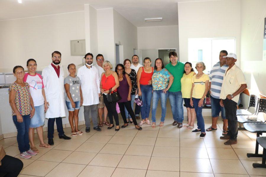 Primeiras próteses dentárias foram entregues no PSF do Alvorada no dia 1º de novembro. Na imagem, o prefeito Cleidimar Zanotto (camiseta verde), ao lado de pacientes e profissionais da saúde bucal (Foto: Divulgação)