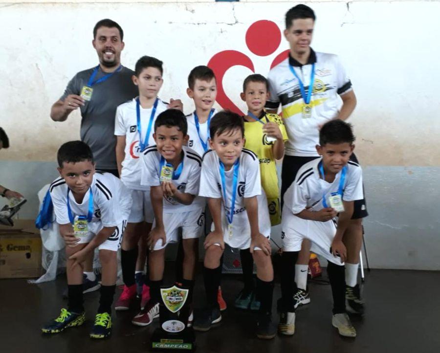 Equipe da 'Escolinha Camisa 10' sub-9 comemora o título da Copa Minas Goiás de futsal (Foto: Divulgação)