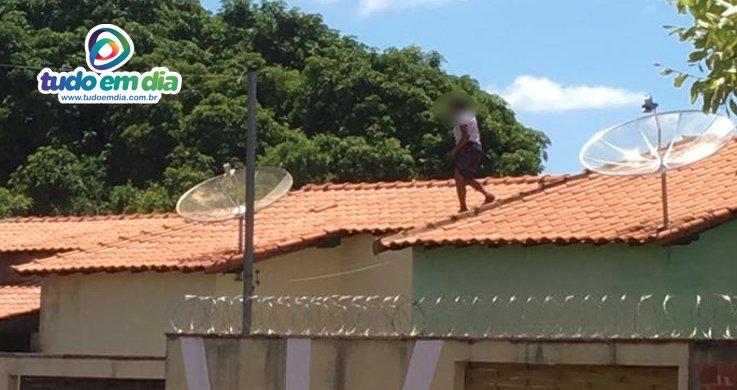 Mulher chegou a ser flagrada no telhado da residência (Foto: Reprodução/Redes sociais)