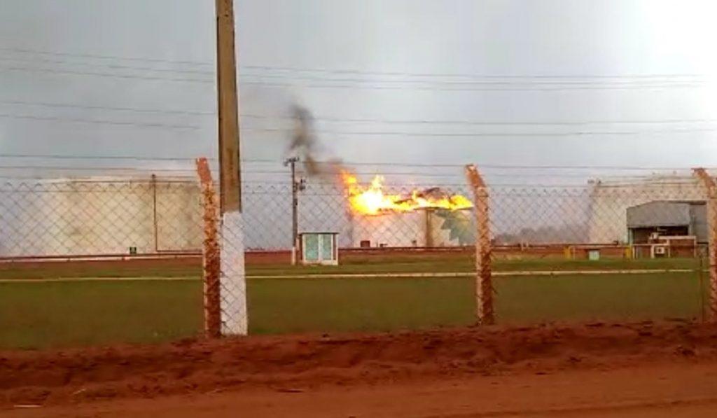 Tanque de etanol foi atingido por descarga atmosférica (Foto: redes sociais)