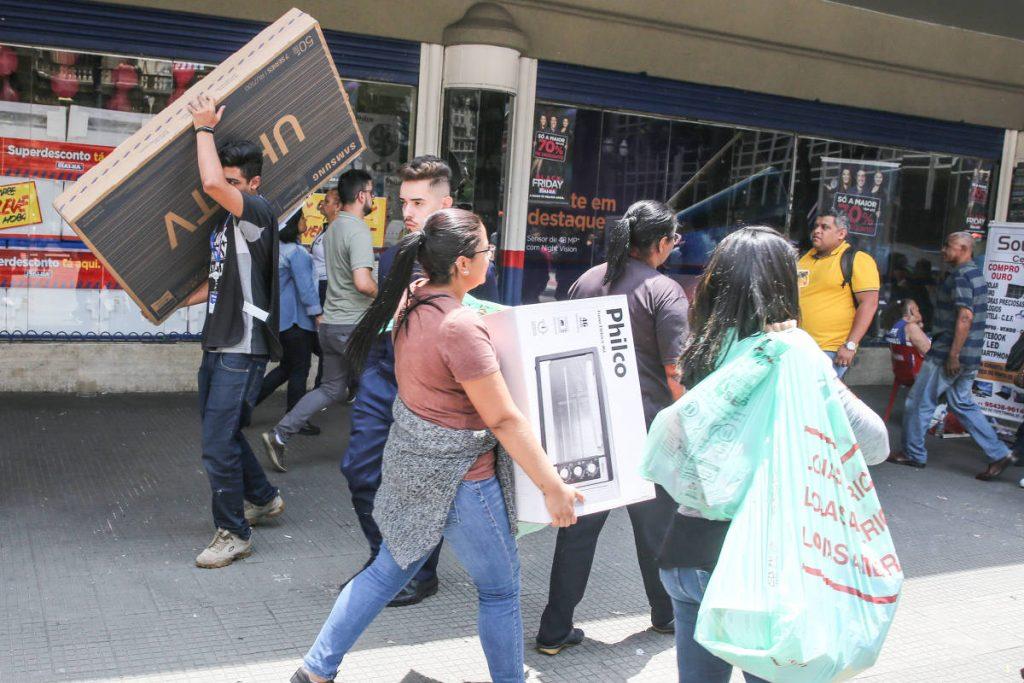 Movimento na praça Ramos de Azevedo, no centro de São Paulo, durante a Black Friday - Rubens Cavallari/Folhapress