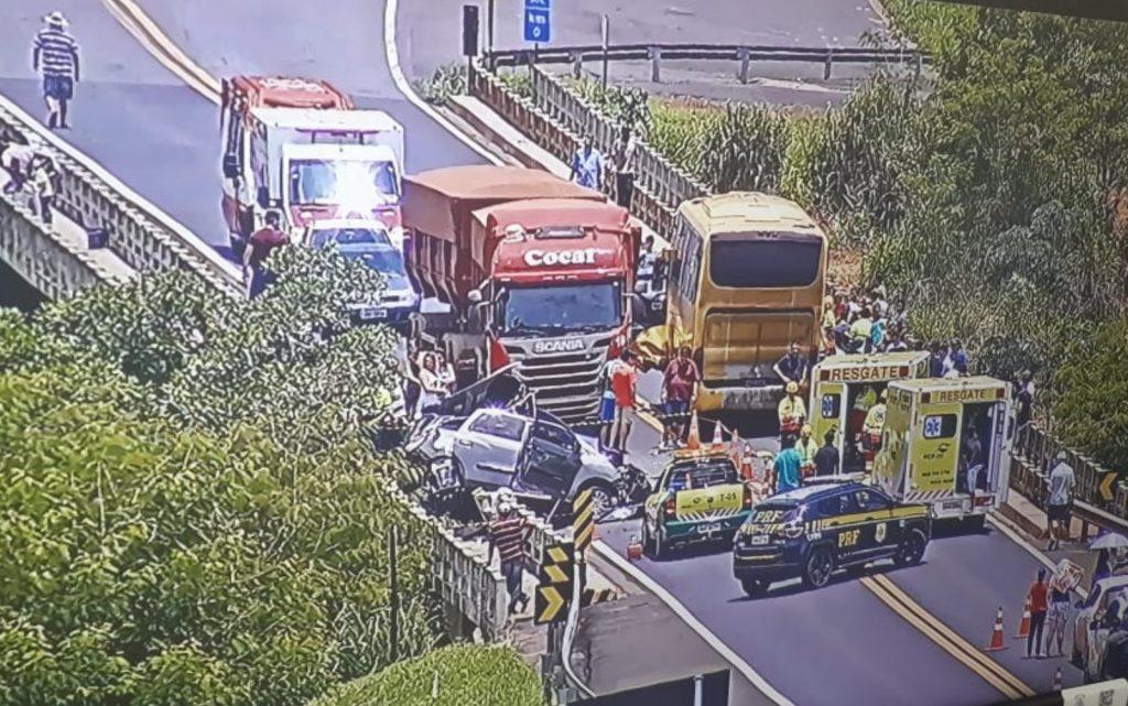 COLISÃO FRONTAL: BR-050 continua interditada por conta de um grave acidente sobre a ponte do Rio Paranaíba, entre MG e GO. Foto: Reprodução/Câmera da PRF