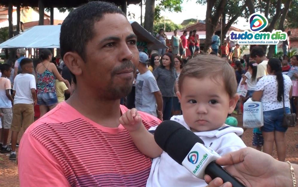 Tiago Morais Cardoso com o filho caçula no colo (Imagem: Gabriel Kazuto)