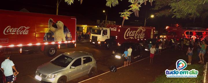Caminhões da caravana iluminada chegam à Praça João Moreira de Souza em Capinópolis (Foto: Arquivo Tudo Em Dia)