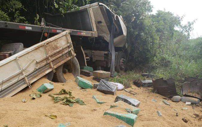 Droga e carga de arroz ficaram espalhadas às margens da rodovia (Foto: PMMG)