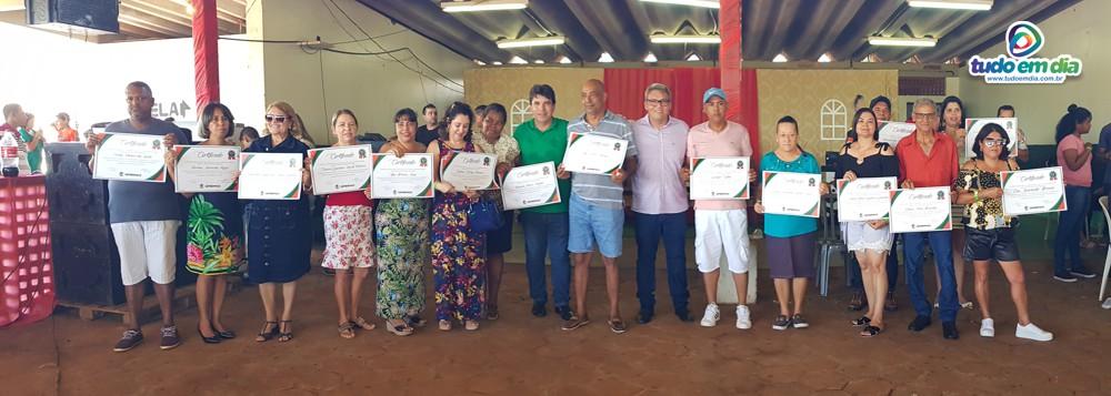 Funcionários foram homenageados pelo tempo de serviço prestado ao Município de Capinópolis (Foto: Paulo Braga)