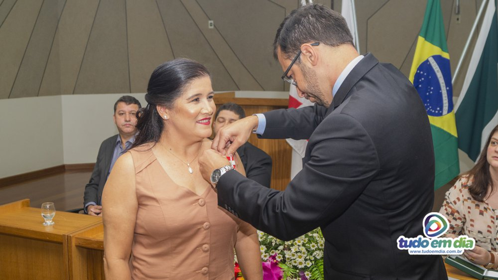 Aparecida das Graças Alves Souza recebeu a medalha das mãos do juiz Dr. Thales Cazonato Corrêa (Foto: Gabriel Kazuto/Tudo Em Dia)