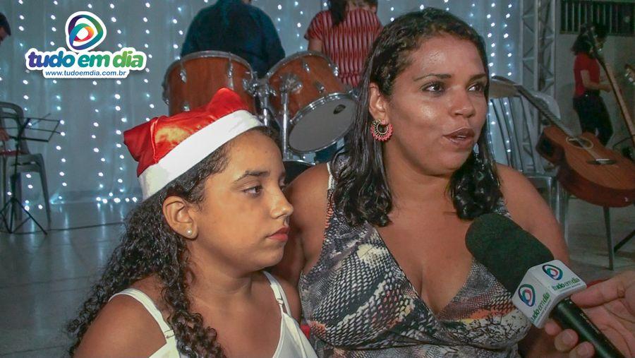 (Dir) Janaína Maria ao lado da filha durante entrevista ao Tudo Em Dia (Imagem: Daniel Braga)