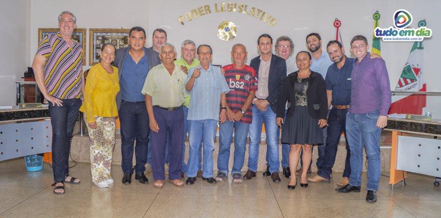 Vereadores do Legislativo capinopolese posaram para a foto com os moradores do antigo acampamento do DER (Foto: Paulo Braga)