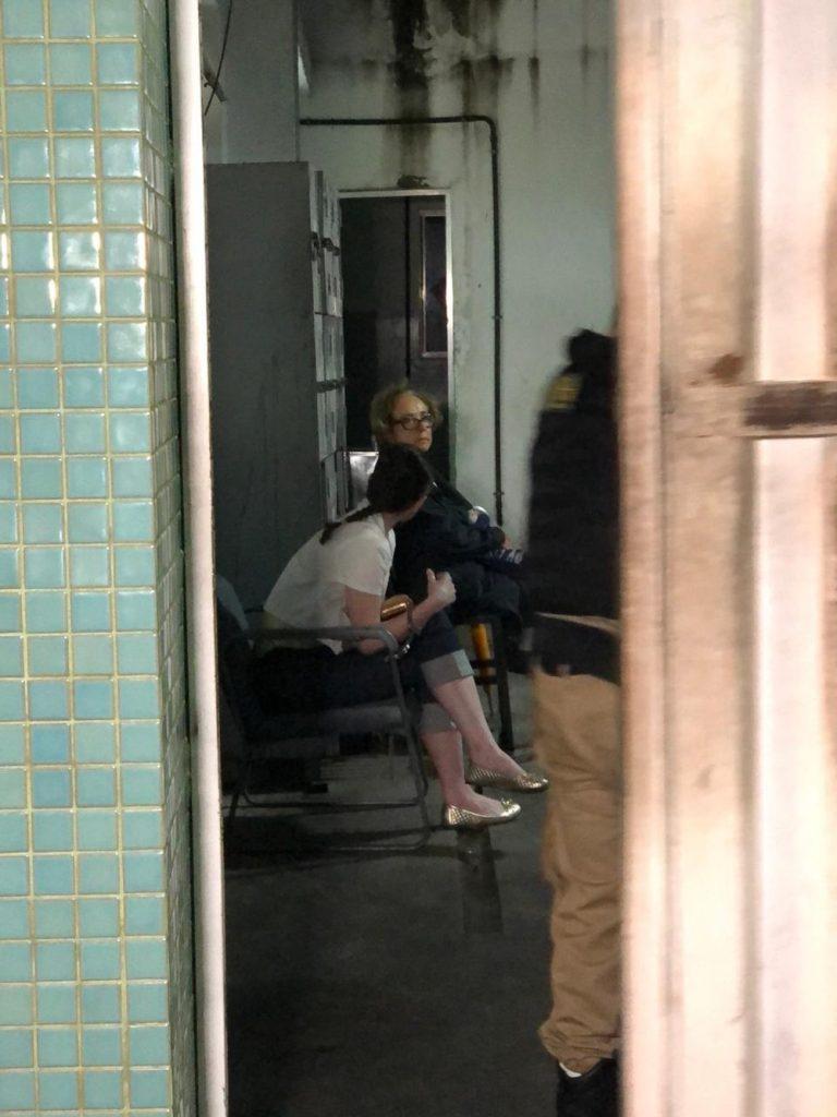Imagem mostra Natália Gomes na delegacia, após ser presa por racismo (Foto: Divulgação)
