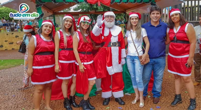 Equipe do CRAS posa para foto com o Papai Noel, a primeira dama Valéria Rampazzo e o prefeito Cleidimar Zanotto (Foto: Paulo Braga)