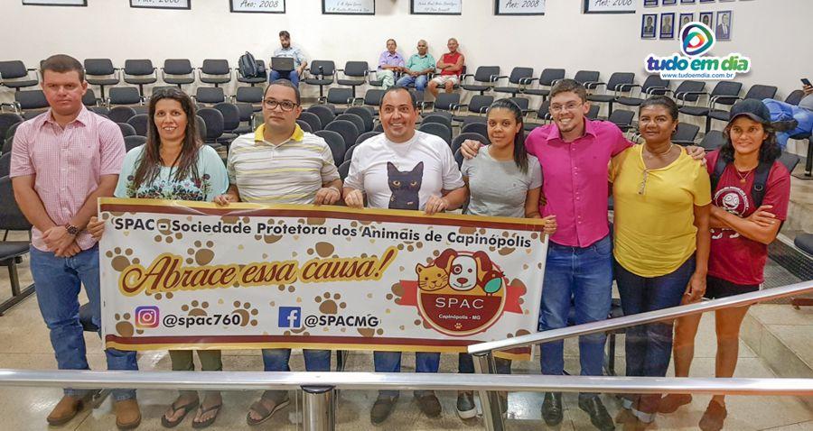 Integrantes da Spac posam para a foto com o vereador Daniel França (Foto: Paulo Braga)