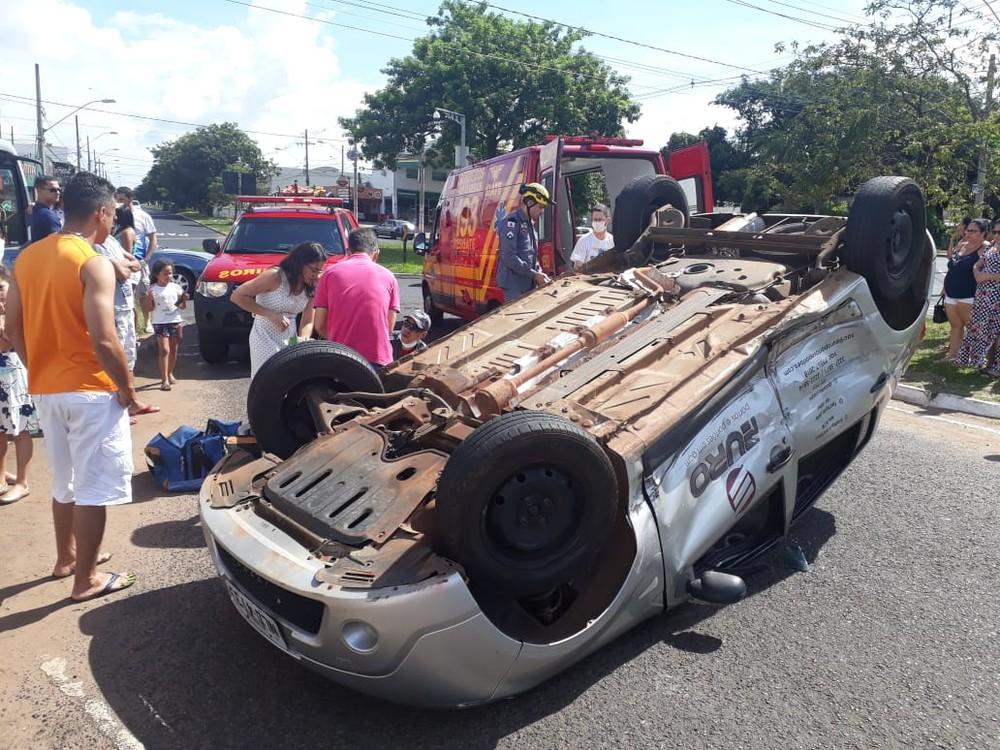 Capotamento em Uberlândia deixou três feridos no Bairro Mansour — Foto: Corpo de Bombeiros/Divulgação