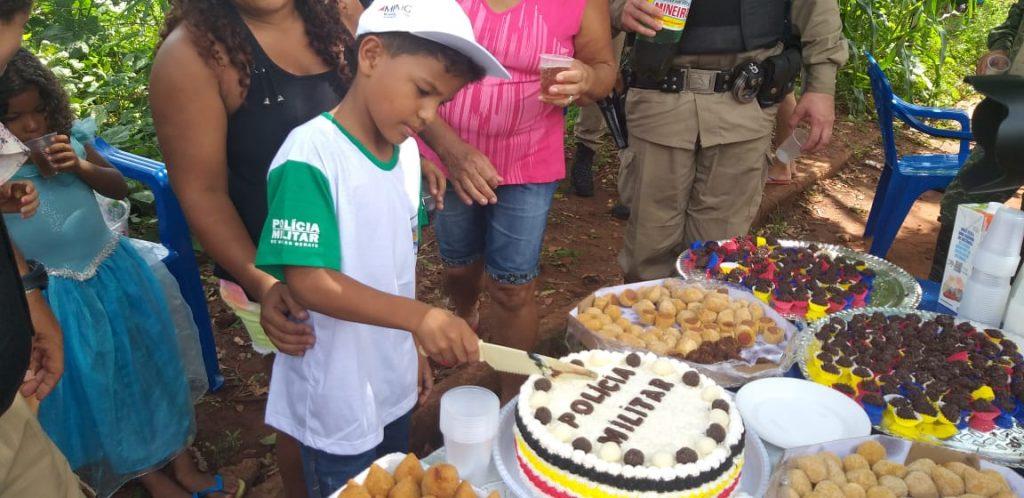 Luiz Eduardo corta o bolo de aniversário (Foto: PMMA)