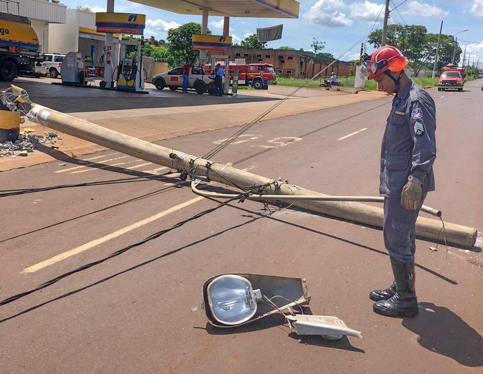 Caminhão derrubou poste de energia na  Avenida Governador José Magalhães Pinto  (Foto: Bombeiros/Divulgação)