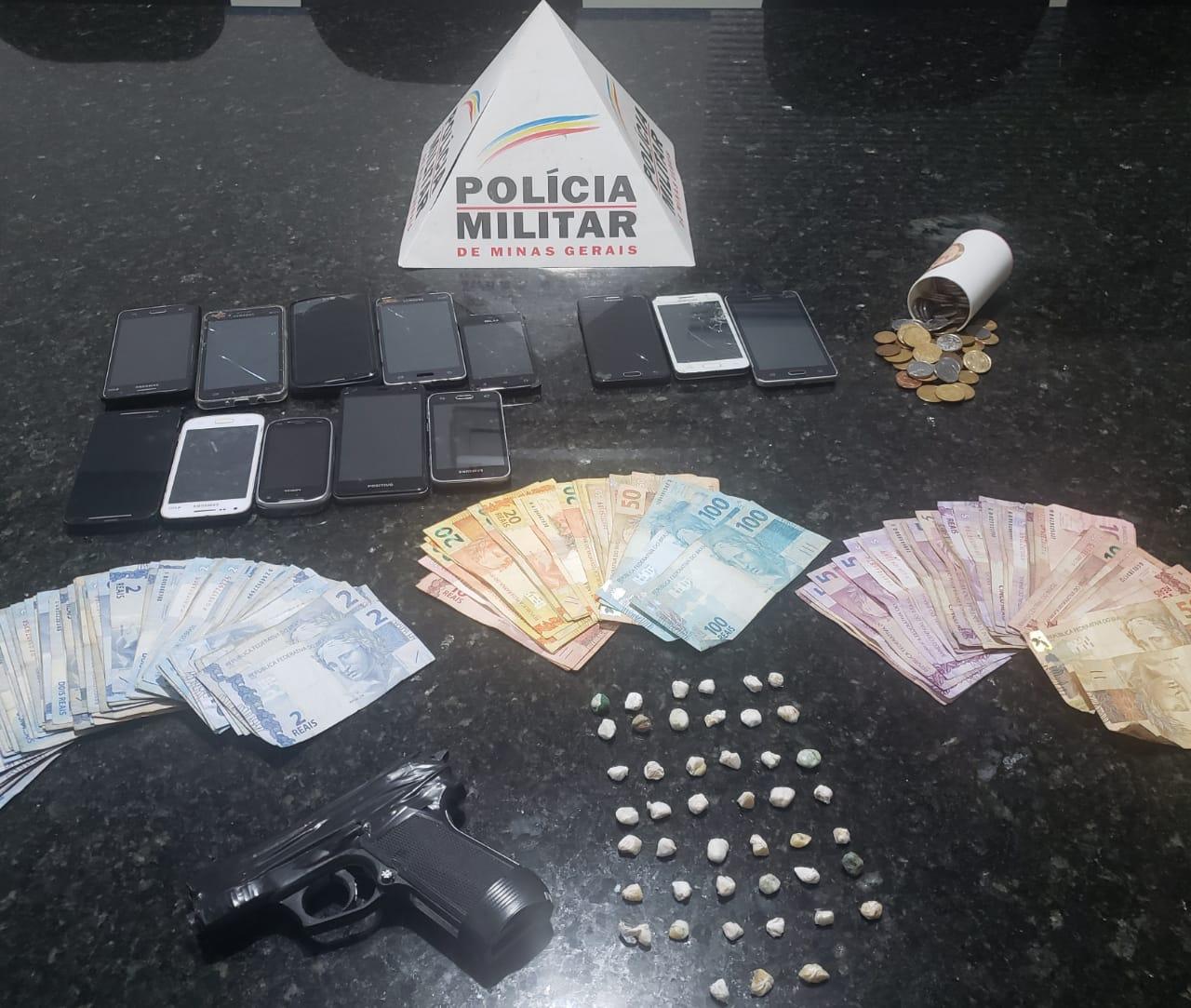 Droga, dinheiro, celulares e uma réplica de arma de fogo foram apreendidas (Foto: PMMG/Divulgação)