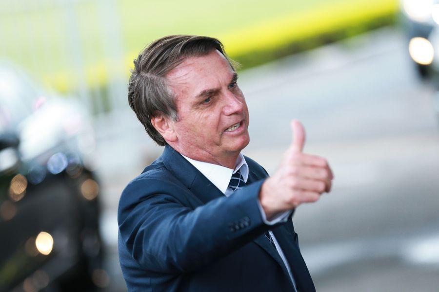 Presidente Jair Bolsonaro cumprimenta  populares na entrada do Palácio da Alvorada