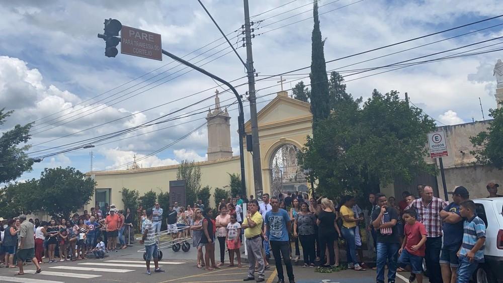 Amigos e fãs se reuniram para último adeus a Juliano Cezar — Foto: Gabriela Prado/EPTV
