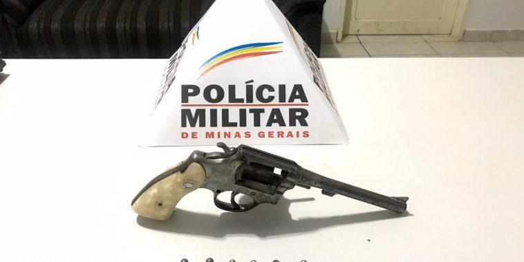 Arma e munições foram apreendidas (Foto: PMMG/Divulgação)