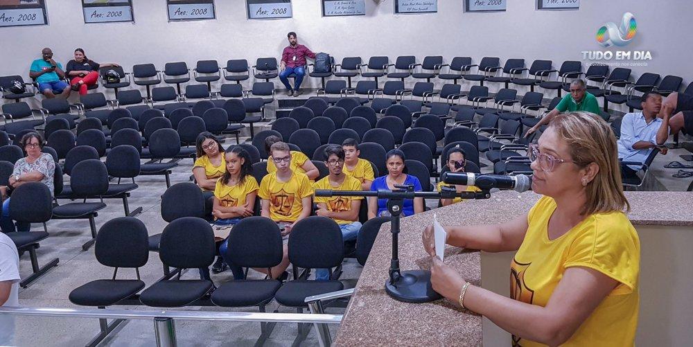 Elda Rosa, integrante da Comunidade Batista Viva, oficializou o convite para que os vereadores da Câmara Municipal de Capinópolis participem do acampamento (Foto: Gabriel Kazuto)