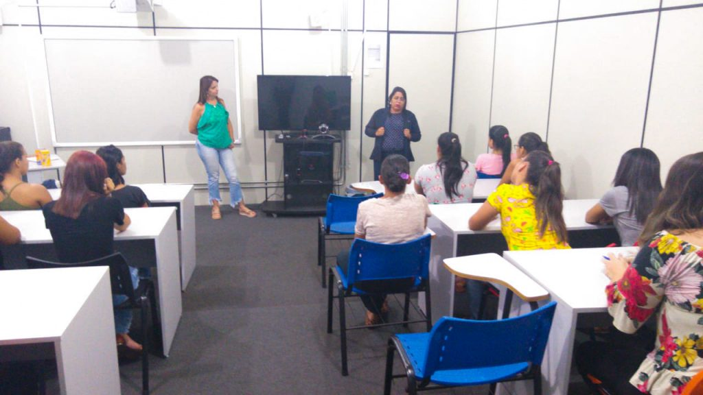 Michelly Pereira, coordenadora de RH da CRV, falou aos jovens (Foto: Divulgação)