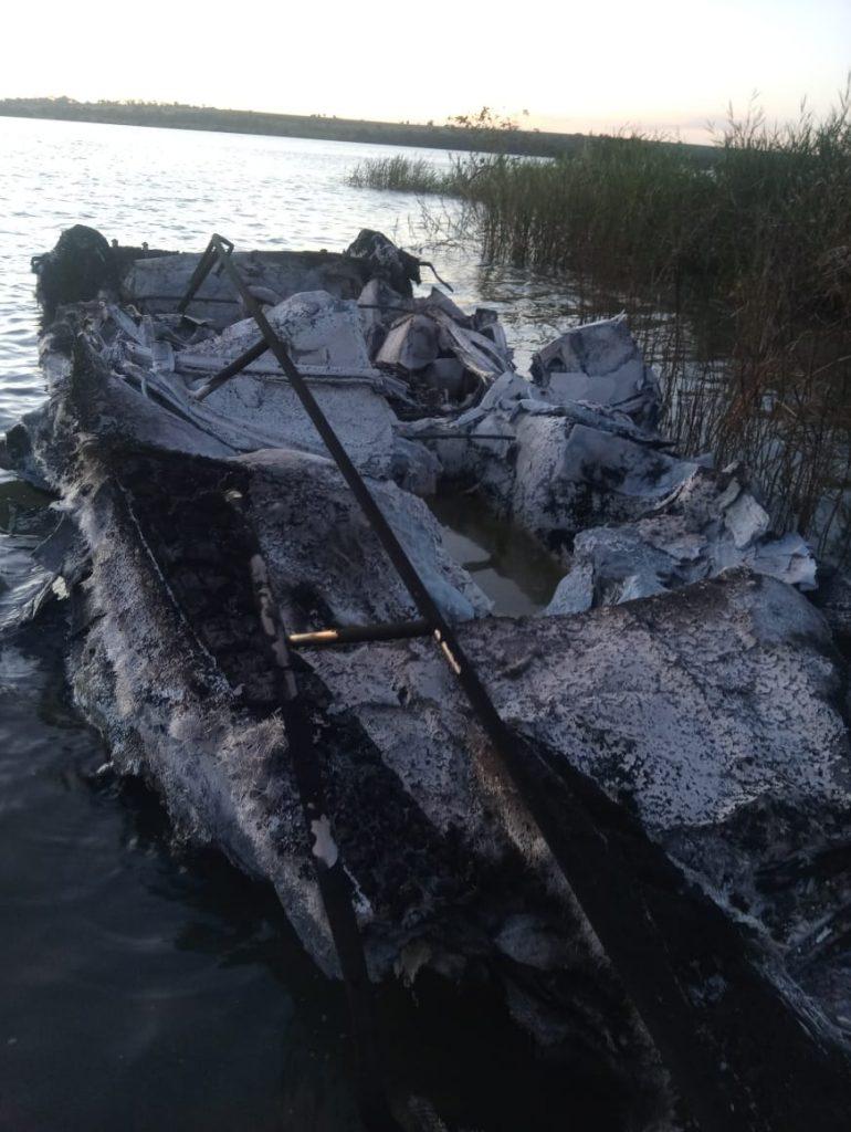 Lancha ficou totalmente destruída (Foto: Bombeiros/Divulgação)