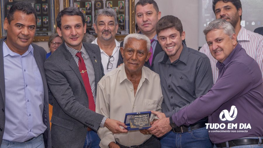 Antonio Bezerra de Araújo (centro) recebe placa de homenagem dos vereadores da Câmara Municipal de Capinópolis (Foto: Gabriel Kazuto/Arquivo)