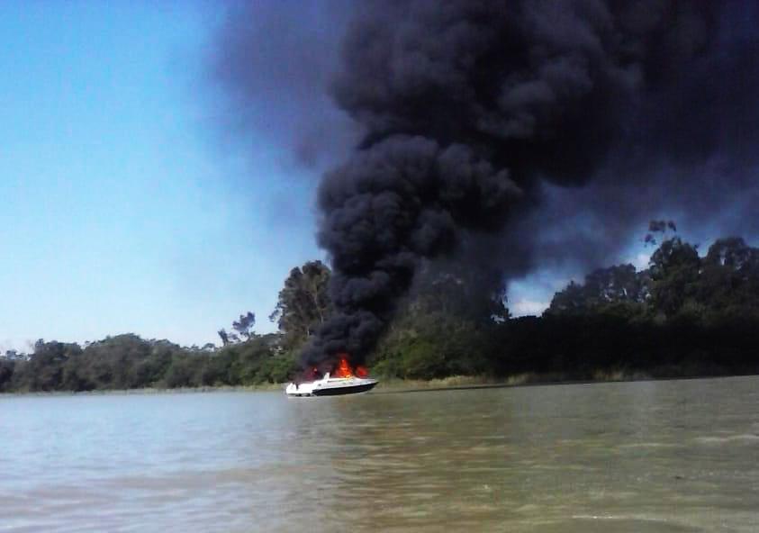 Lancha foi tomada pelas chamas subitamente e deixou 12 feridos. Um jovem pulou no rio sem colete e está desaparecido (Foto: Reprodução)