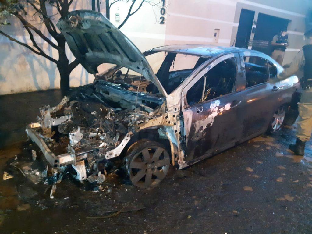 Incêndio a veículo pode ter sido criminoso (Foto: Bombeiros/Divulgação)