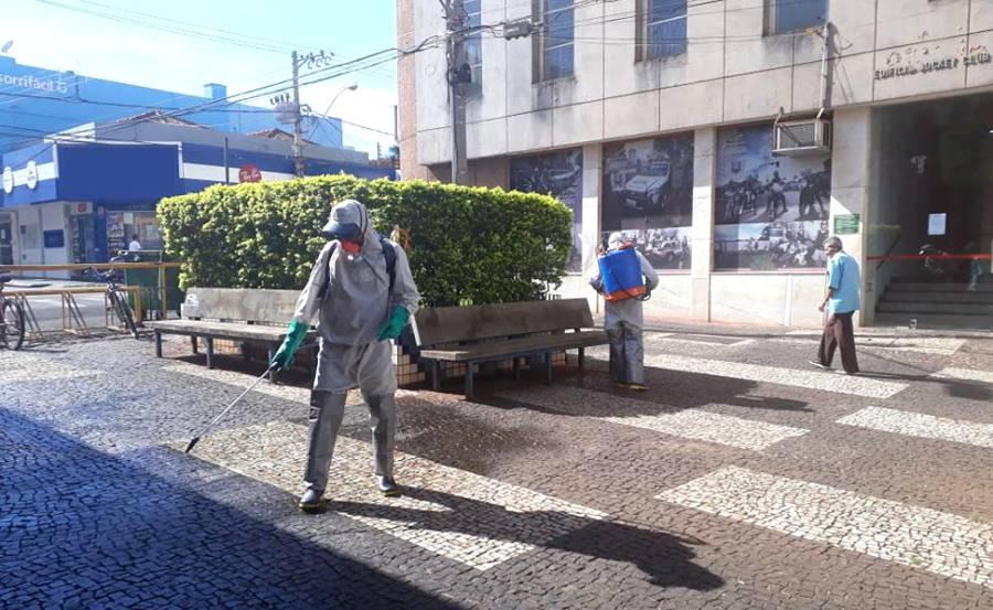 Trabalhadores utilizaram bombas costais e hipoclorito para desinfetar os locais públicos. Na foto acima, os profissionais estão no 'calçadão' | Foto: Ascom