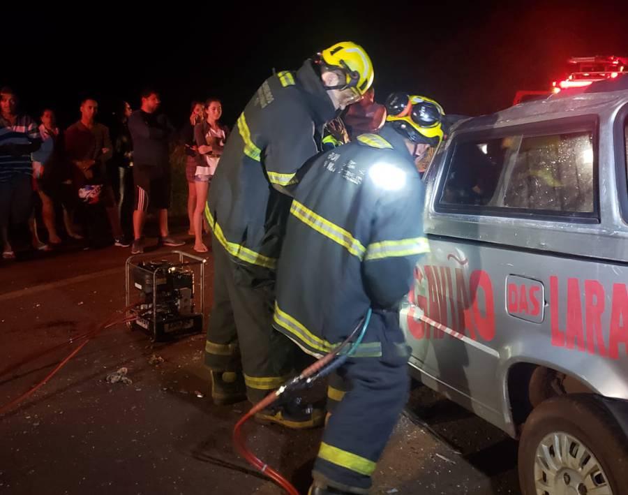 Bombeiros realizaram operação de resgate para remover o motorista em meio às ferragens | Foto: Bombeiros/Divulgação