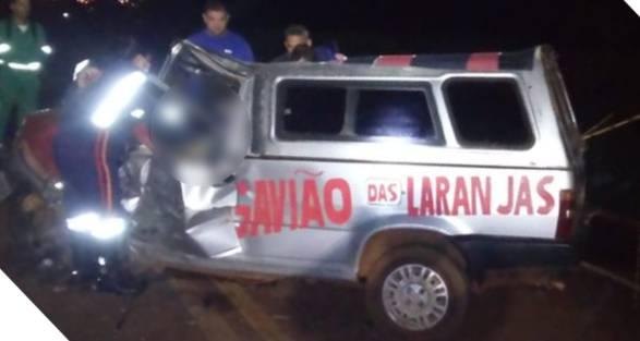 Equipe do SAMU checa estado de saúde do motorista ainda preso às ferragens | Foto: SAMU