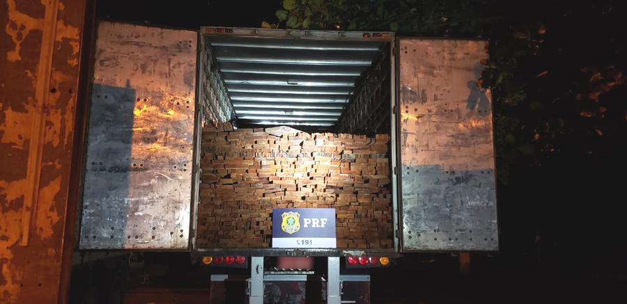 Cada veículo transportava cerca de 40 m³ de madeira | Foto: PRF/GO