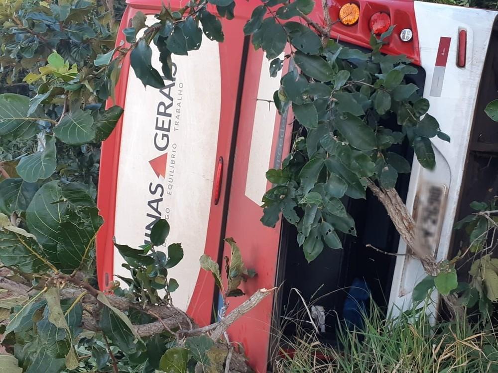Situação de micro-ônibus após acidente na BR-153, próximo à Prata — Foto: PRF/ Divulgação