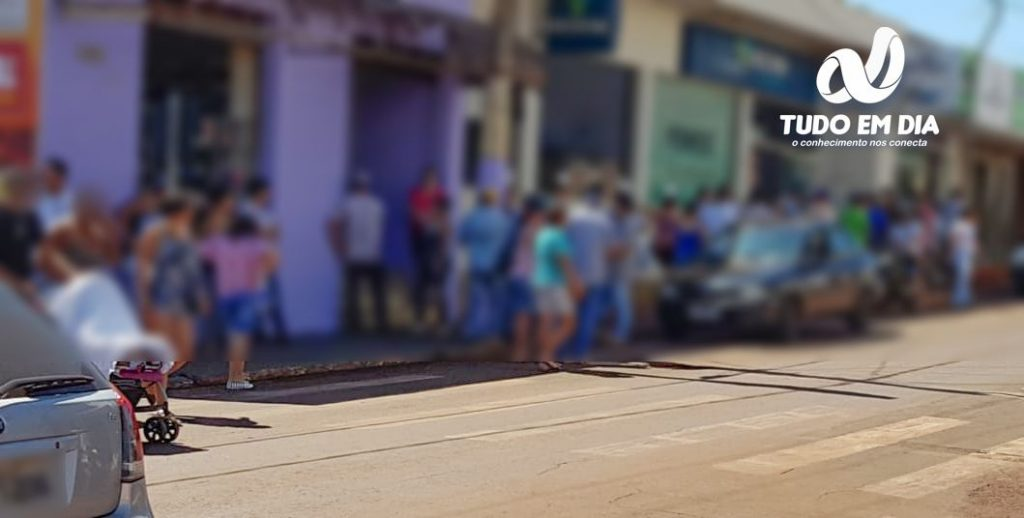 Imagem mostra uma grande aglomeração de pessoas flagrada pelo Tudo Em Dia em frente a uma agência bancária no Centro da cidade | Foto: Tudo Em Dia